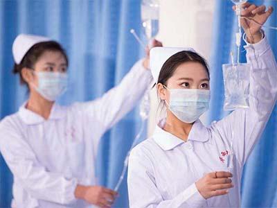 漂亮护士挂吊瓶