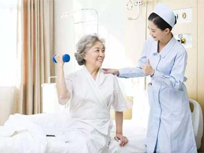 护理人员和老人